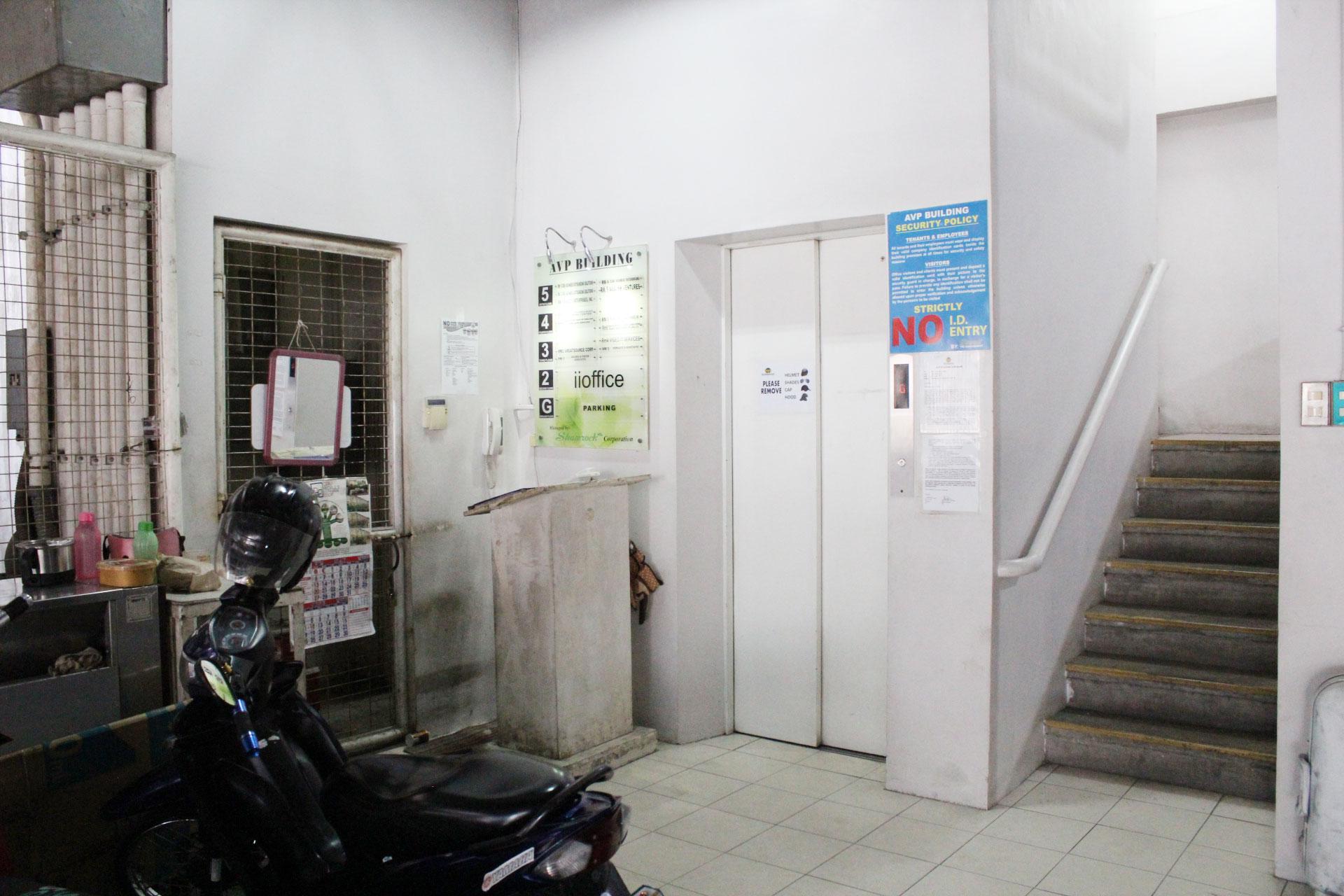 いいオフィスセブの入り口へ向かう階段とエレベーターホール