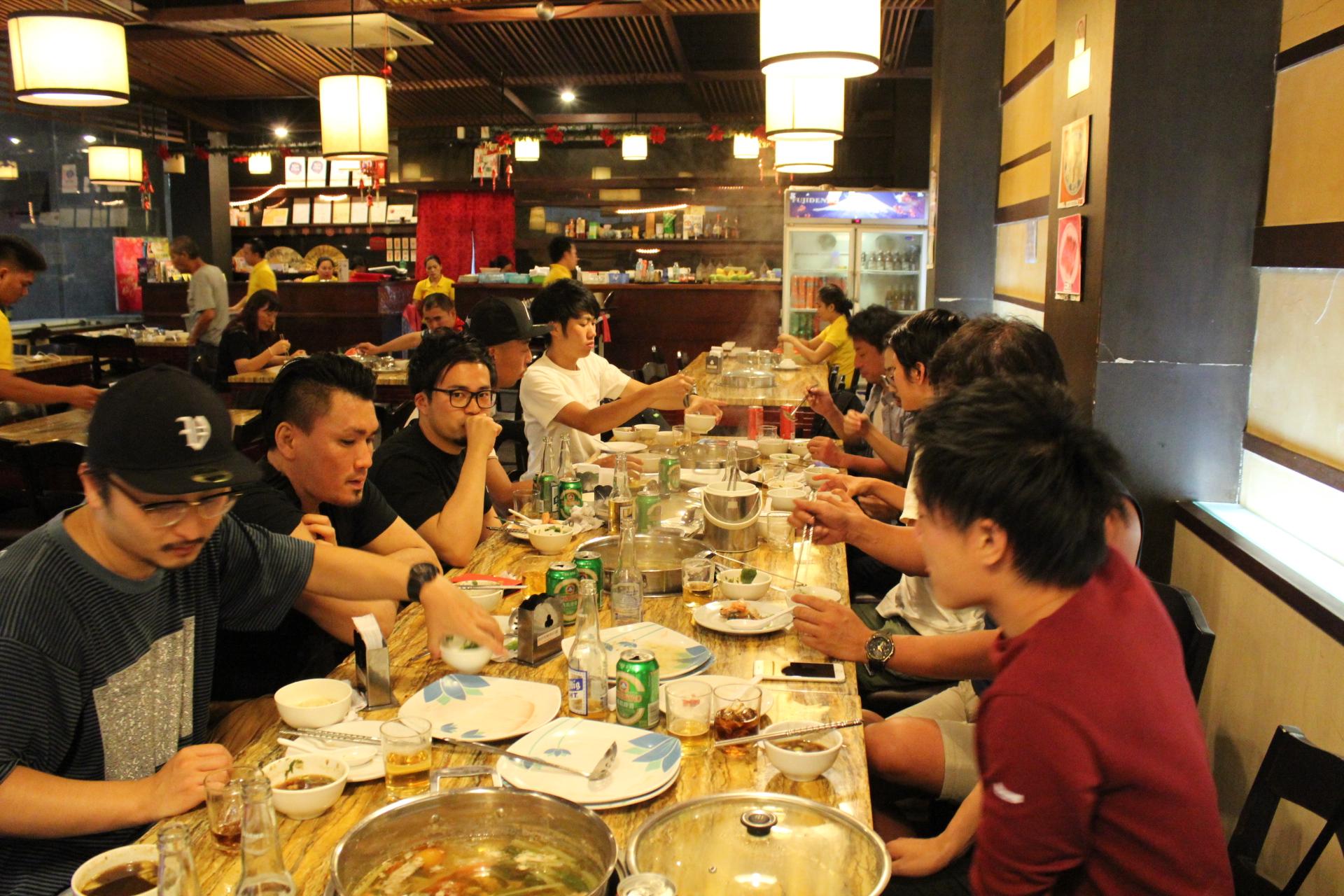 セブの台湾火鍋のお店で夕食を摂るLIGメンバー