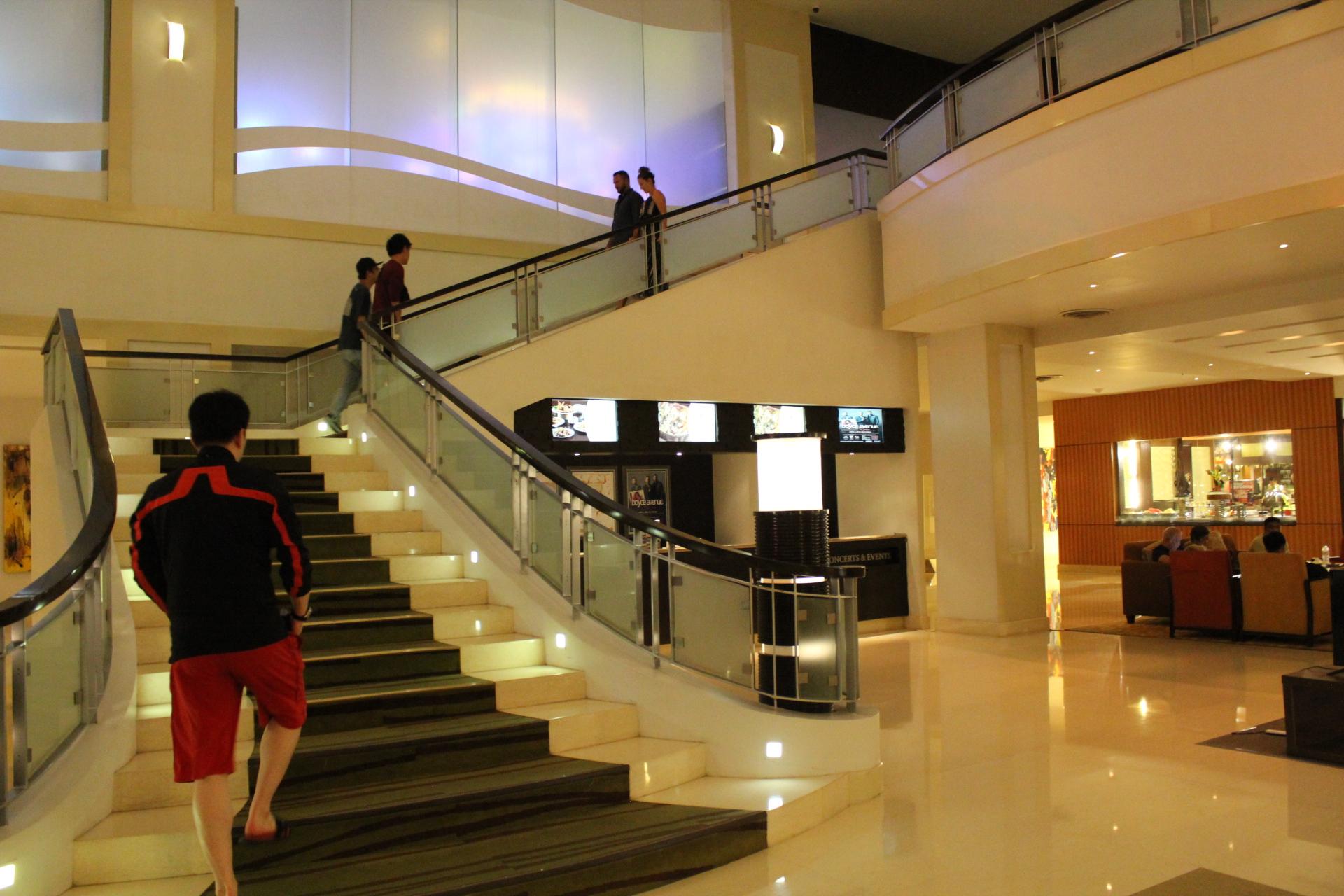 セブのウォーターフロントカジノの階段を登る