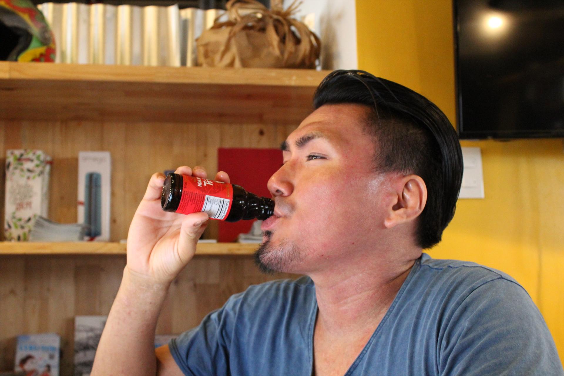 セブの栄養ドリンクをがぶ飲みするLIGセールスの齊藤ジョニー