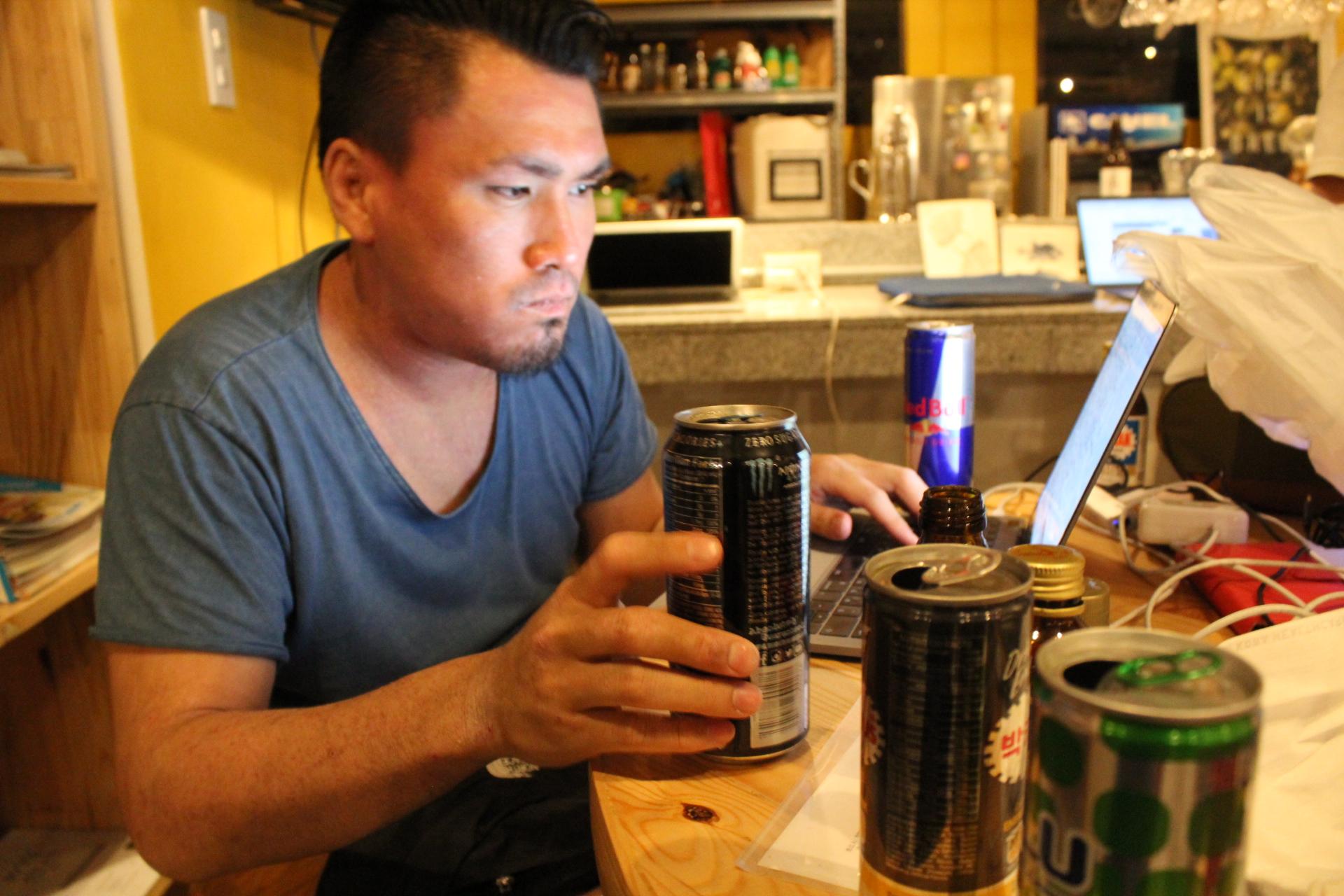 男らしくセブの栄養ドリンクを飲み続けるLIGセールスの齊藤ジョニー
