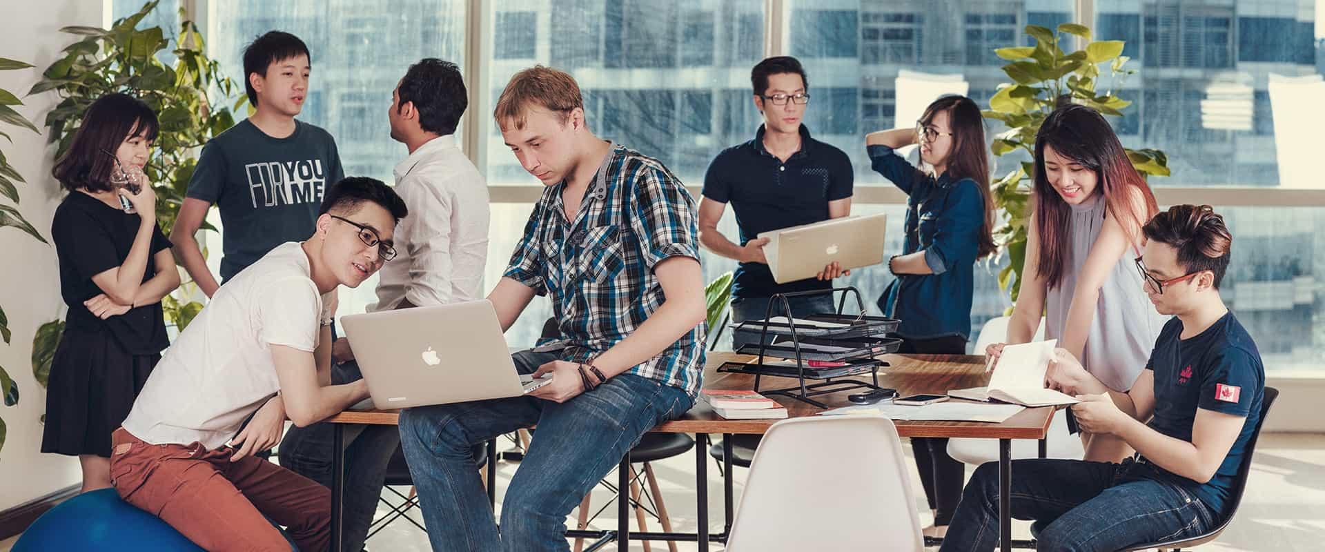 フランジア本拠地・ハノイ在籍社員の写真。既に10ヶ国以上の国籍の社員が在籍する多国籍企業となっている