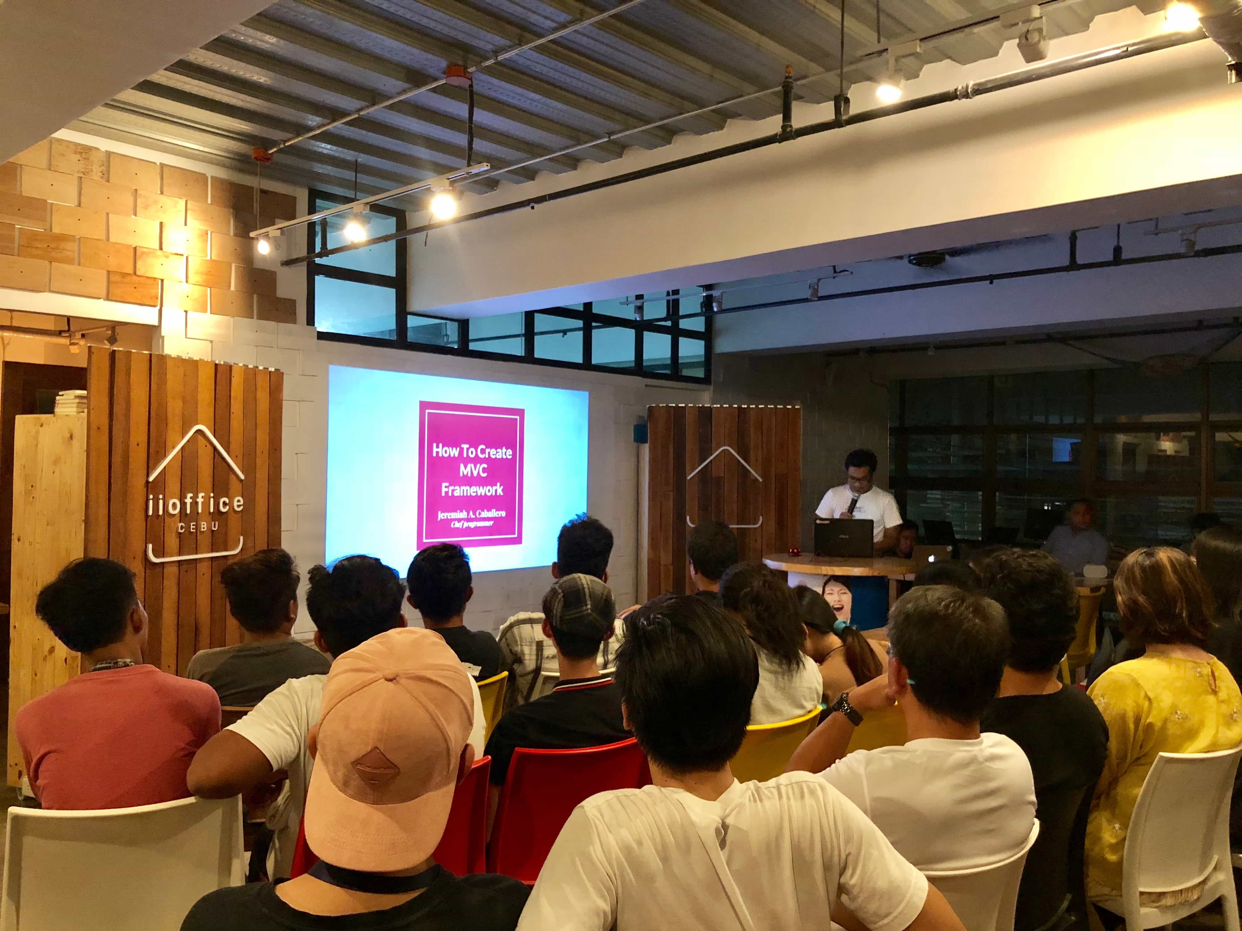 LIG PHの勉強会イベント「HTML CEBU」でフランジアの講師さんが登壇している様子