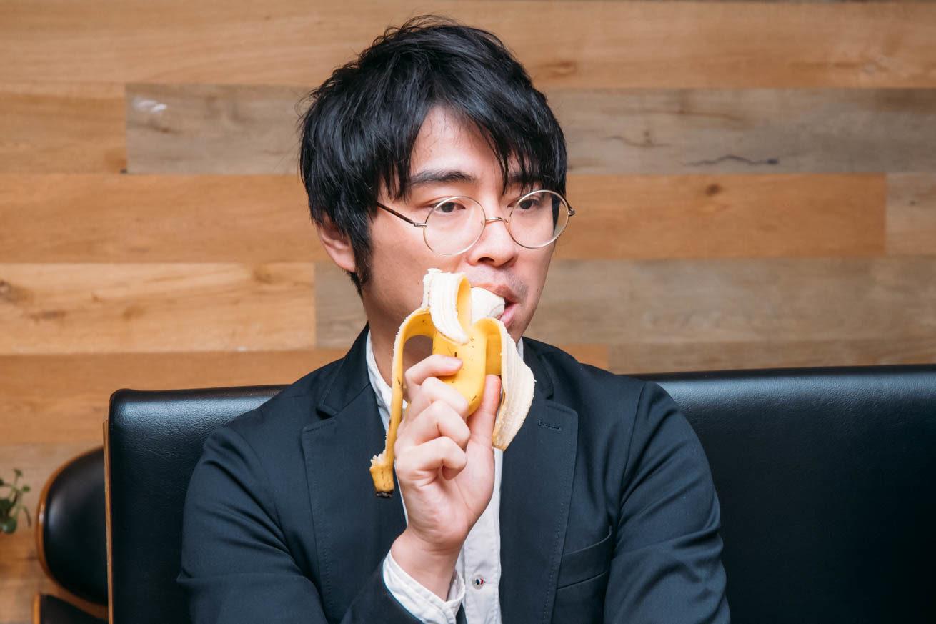 バナナを食べる高野さん