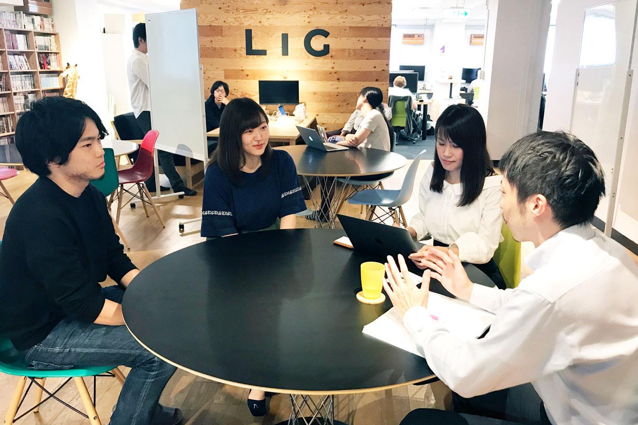 毎日新聞の矢澤秀範記者の取材を受けるLIGの面々
