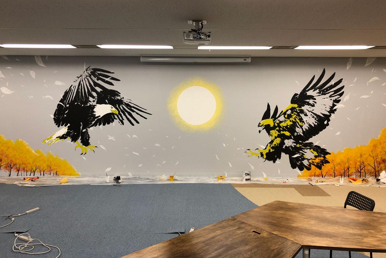 いいオフィス五反田で一番大きな壁へ作画しました