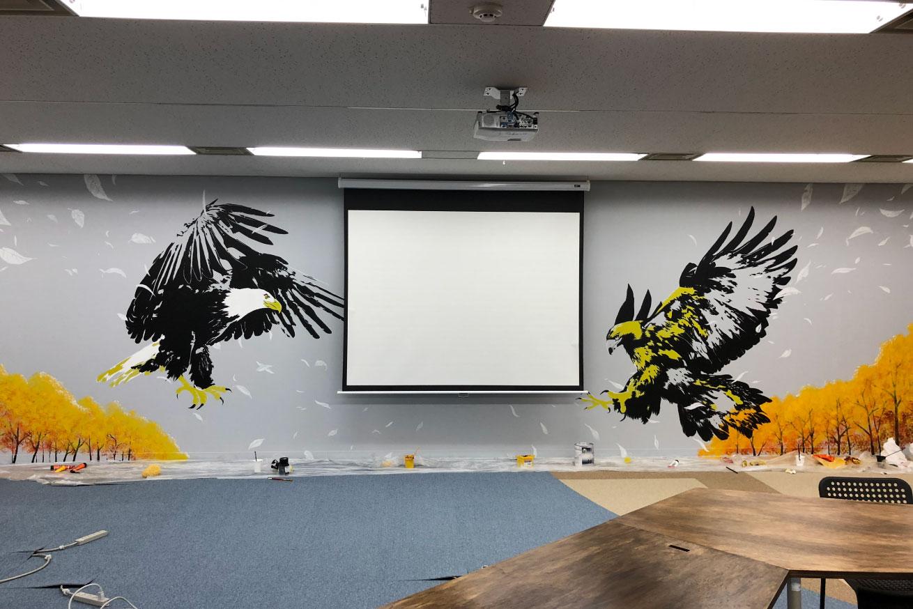スクリーンを降ろしたときに視線が中央に集まるような構図になっている鷲の絵全体の画像