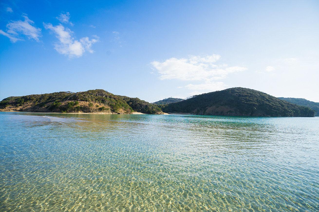 辰の島の青い海