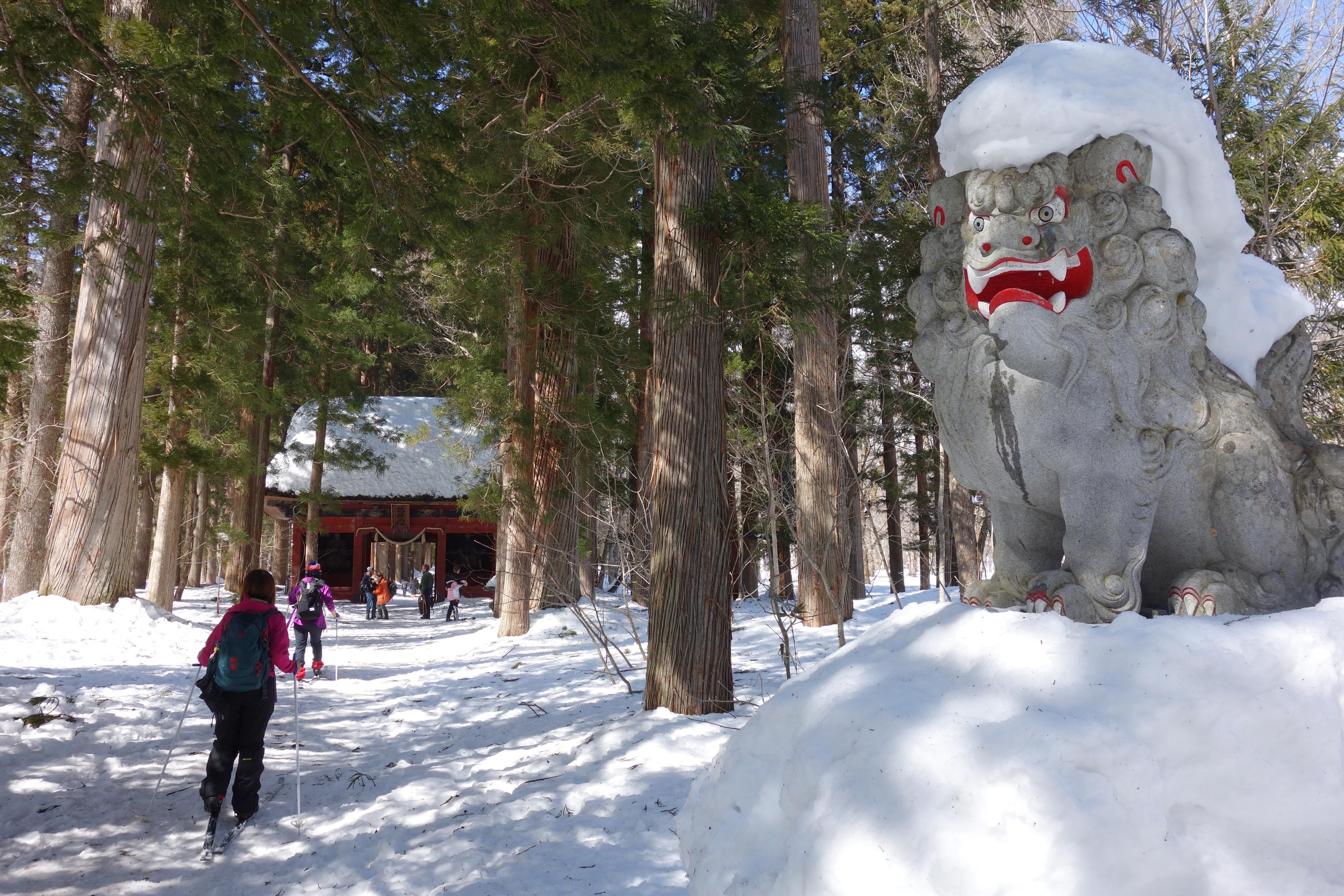 雪が積もった狛犬