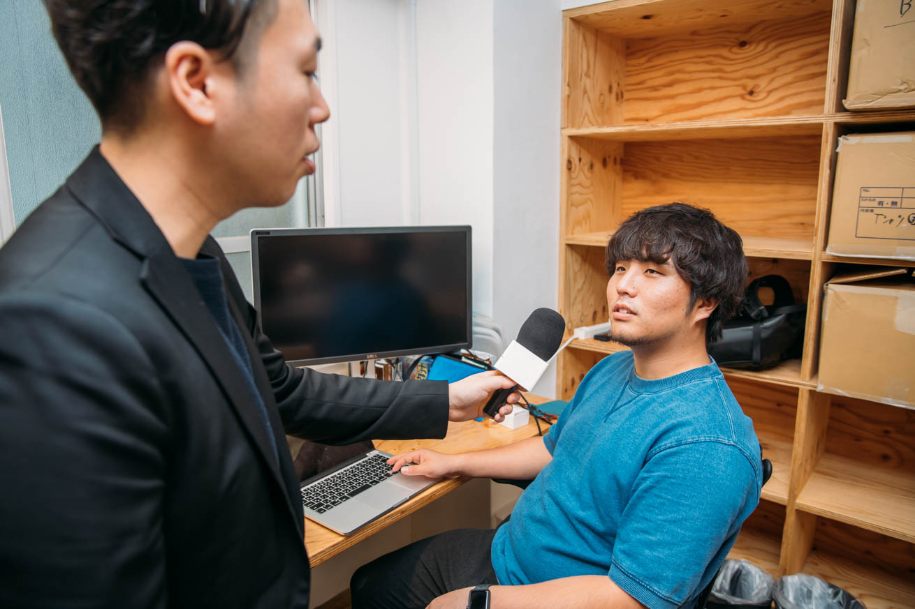 名刺管理について質問される斎藤