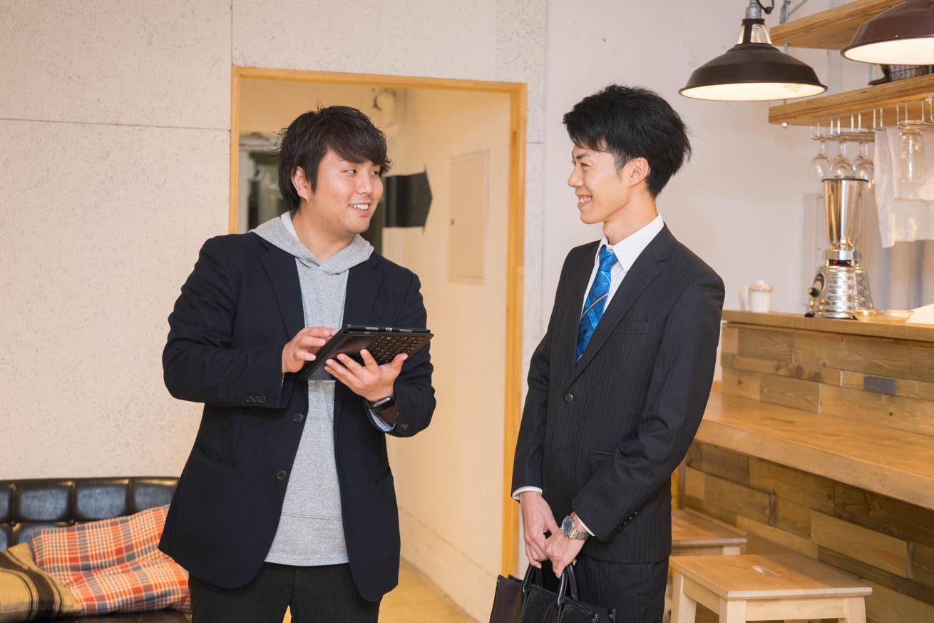 スケジュールを決める斎藤と来客者