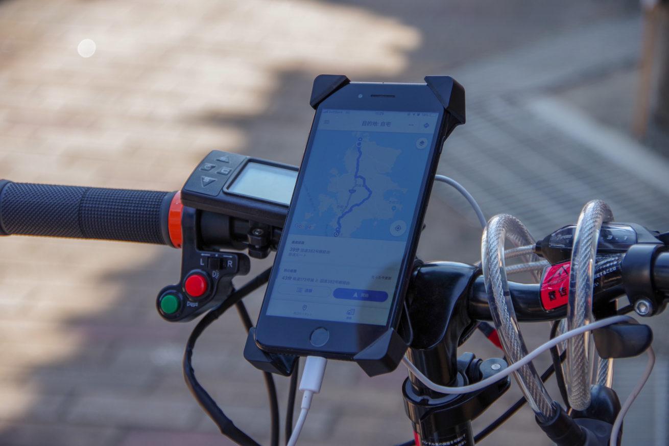 スマートフォンをUSBポートに繋いで、充電しながらナビを起動させた写真。