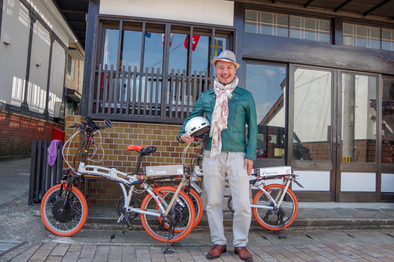 電動バイクとLAMP壱岐の支配人・せこの写真。