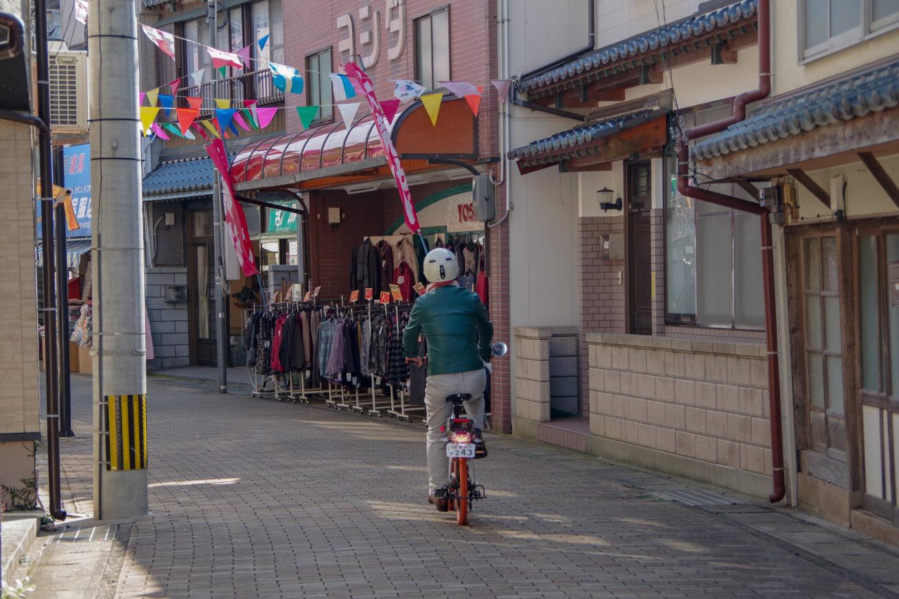 電動バイクで走り出すLAMP壱岐の支配人・せこ。