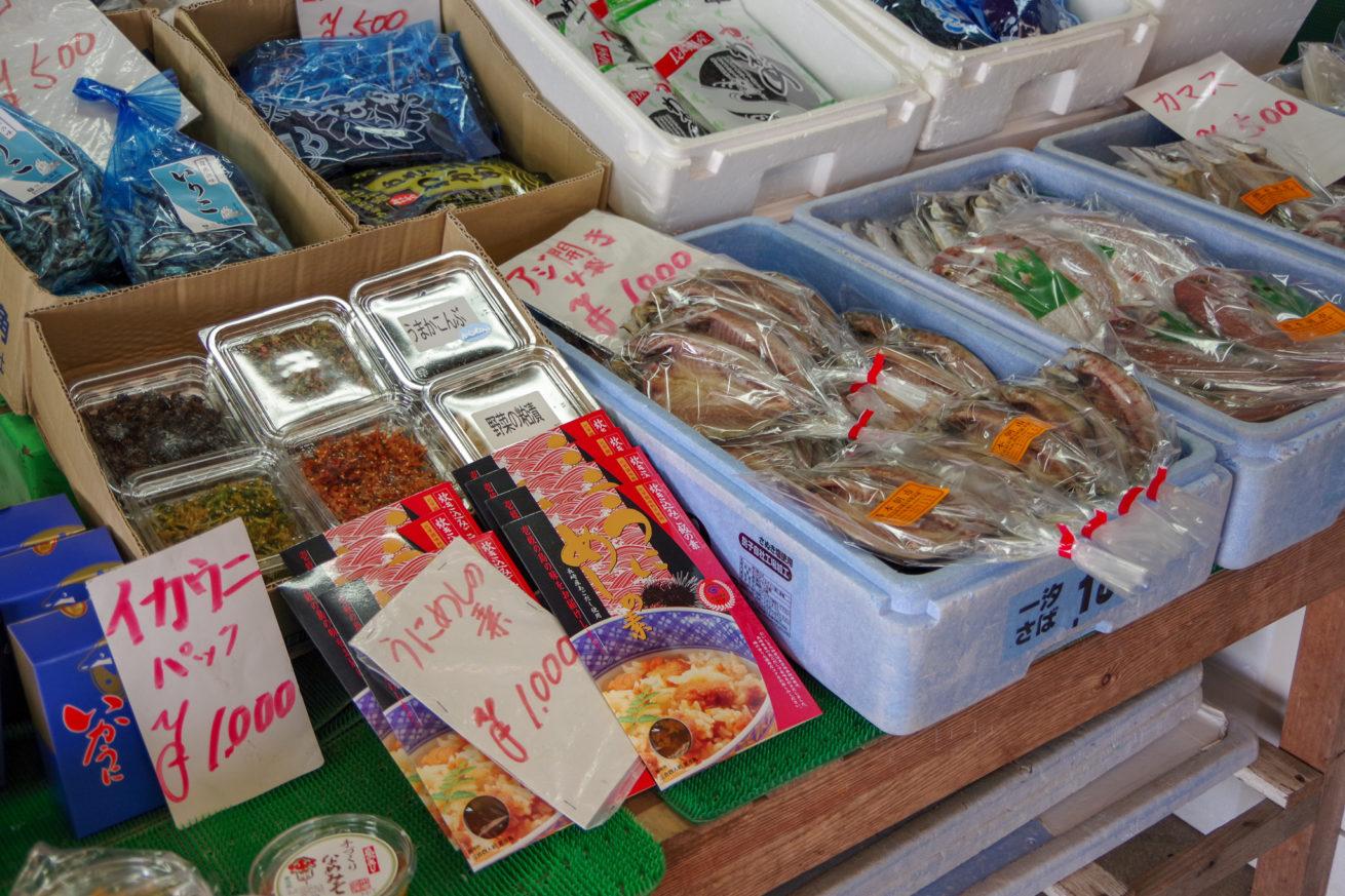 勝本朝市で売られている、イカウニ・うにめしの素・アジの開きなどの海産物。