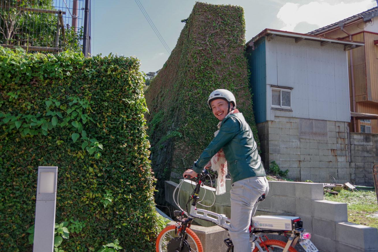 電動バイクで土肥家の阿房屏の前までやってきたLAMP壱岐の支配人のせこの写真。