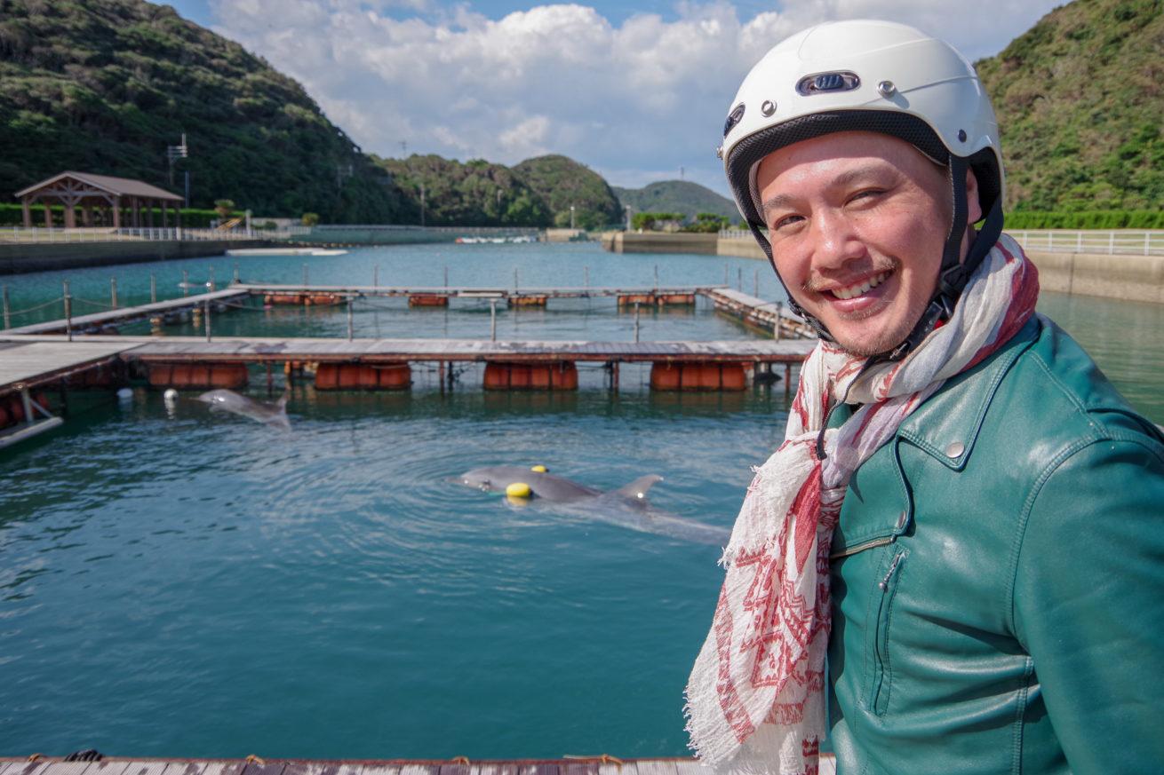 イルカを楽しそうに見ているLAMP壱岐の支配人せこの写真