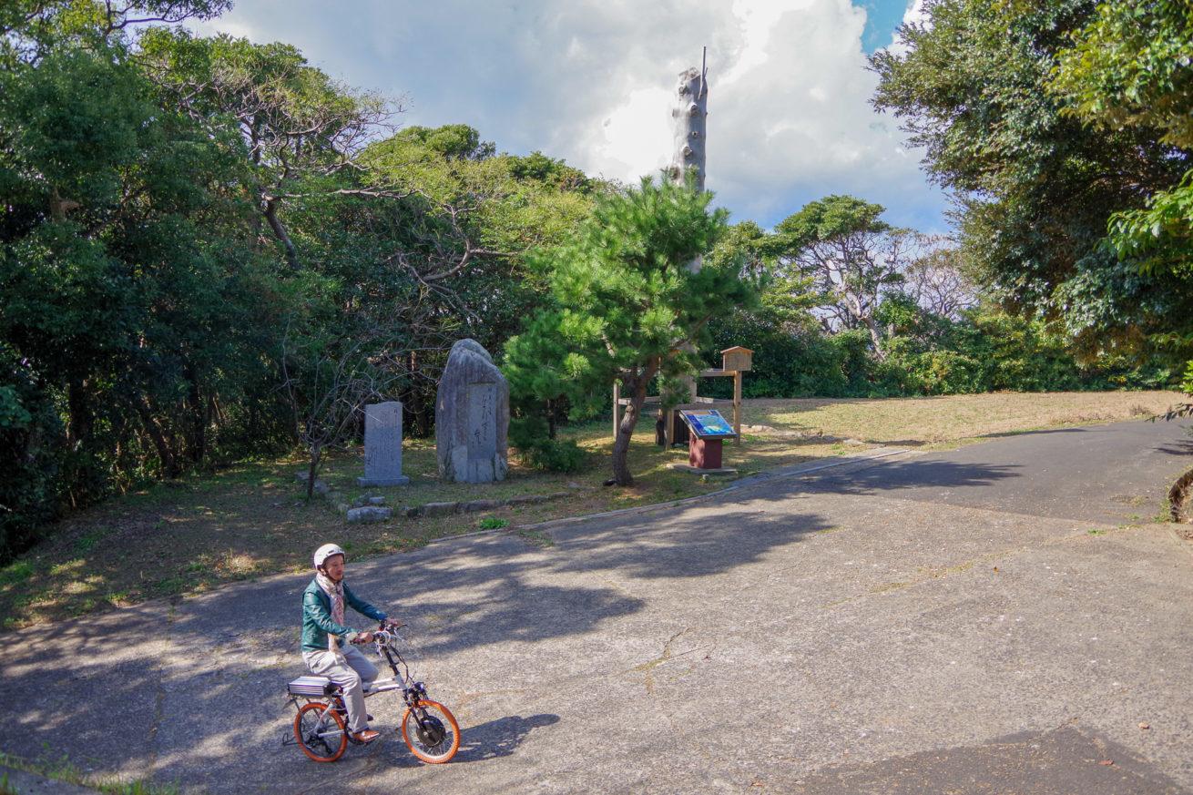 電動バイクで城山公園に来たLAMP壱岐の支配人のせこ。