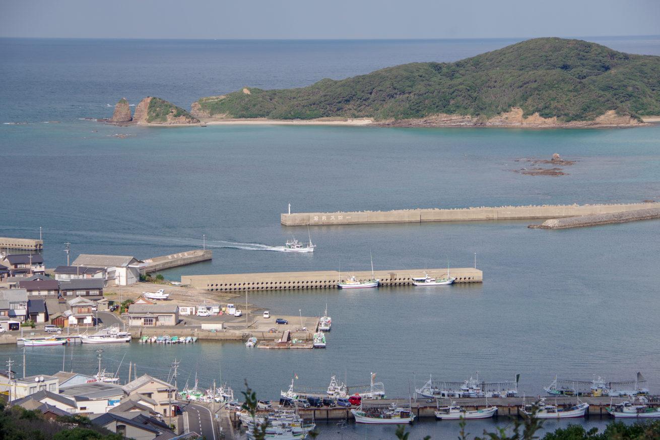 イカ釣り漁船が並ぶ勝本湾