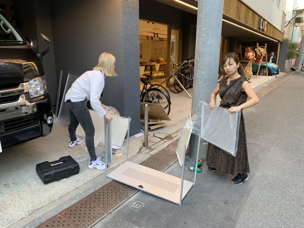 いなみと織田丸がダストボックスを作っている様子の写真。
