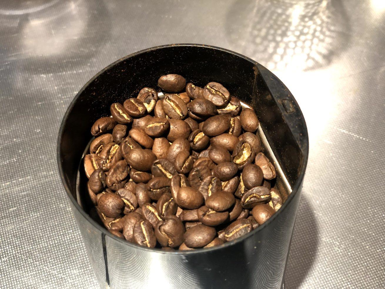 コーヒー豆から挽いています