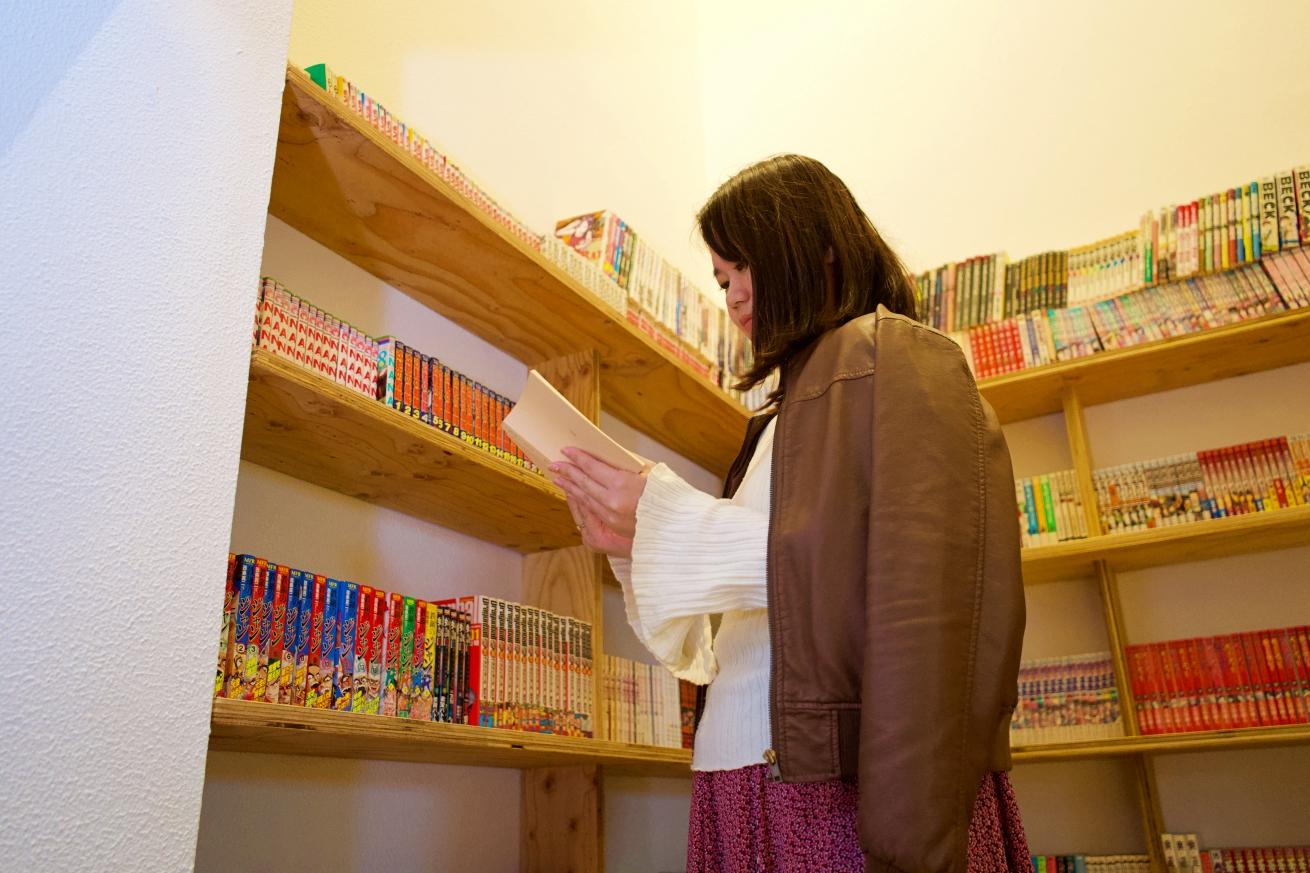 本棚と女性編集者