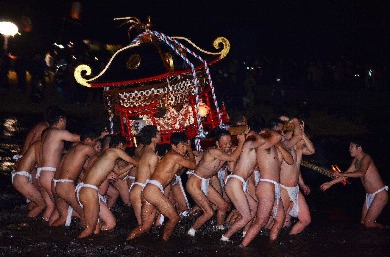 緒方三社川越まつりにて、神輿を担ぐ男性たちの写真