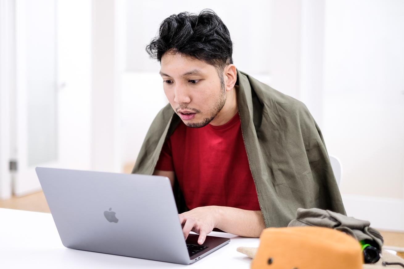 パソコンで請求書作成をする紳さん