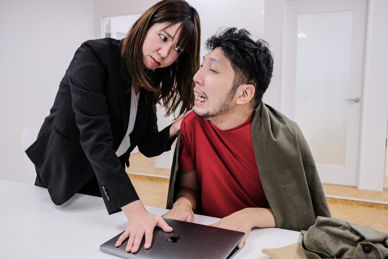 パソコンに手を挟まれたままの紳さん