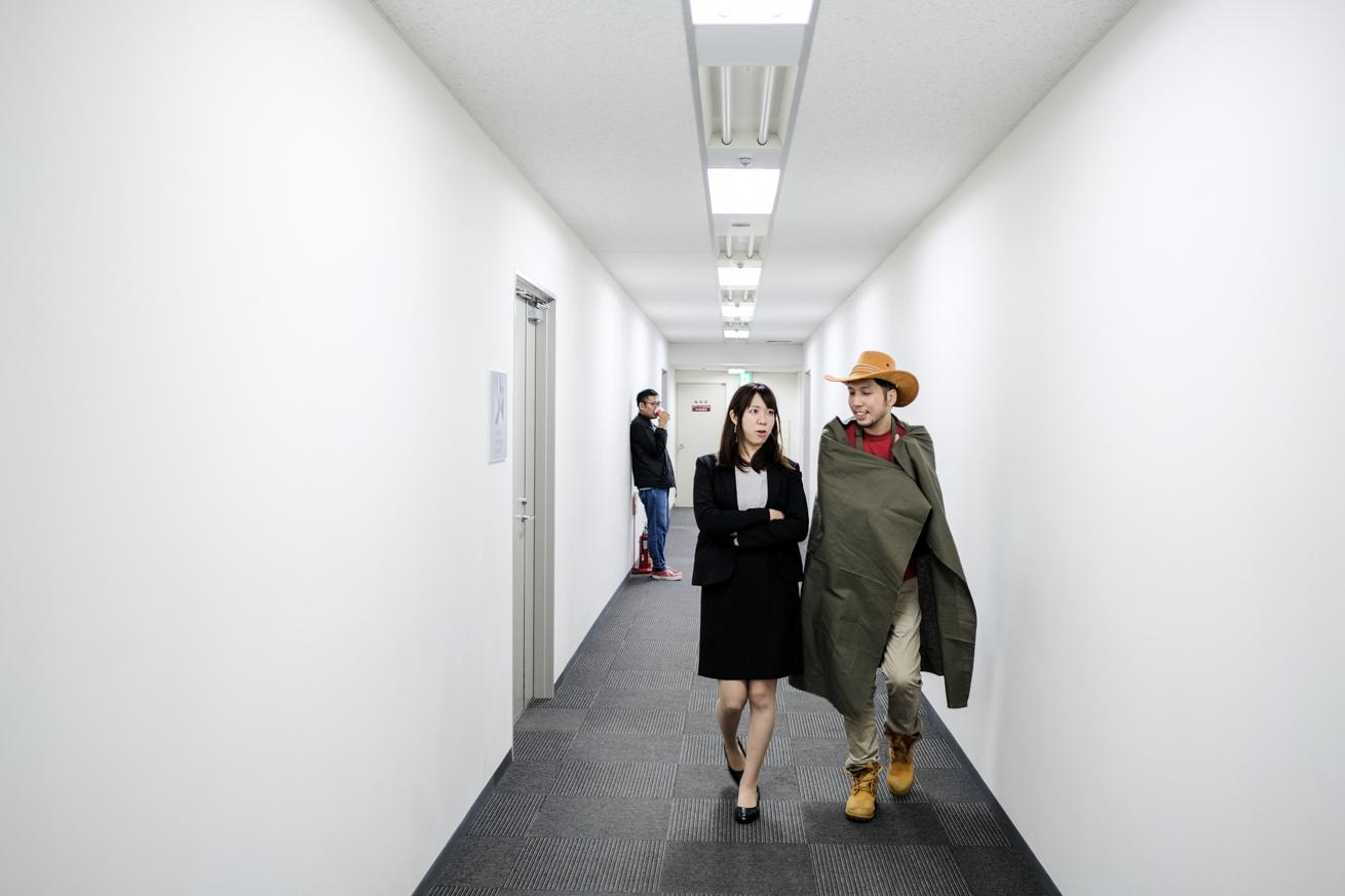 廊下を歩くマイコと紳さん