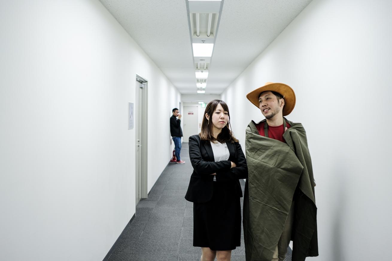 廊下を進むマイコと紳さん
