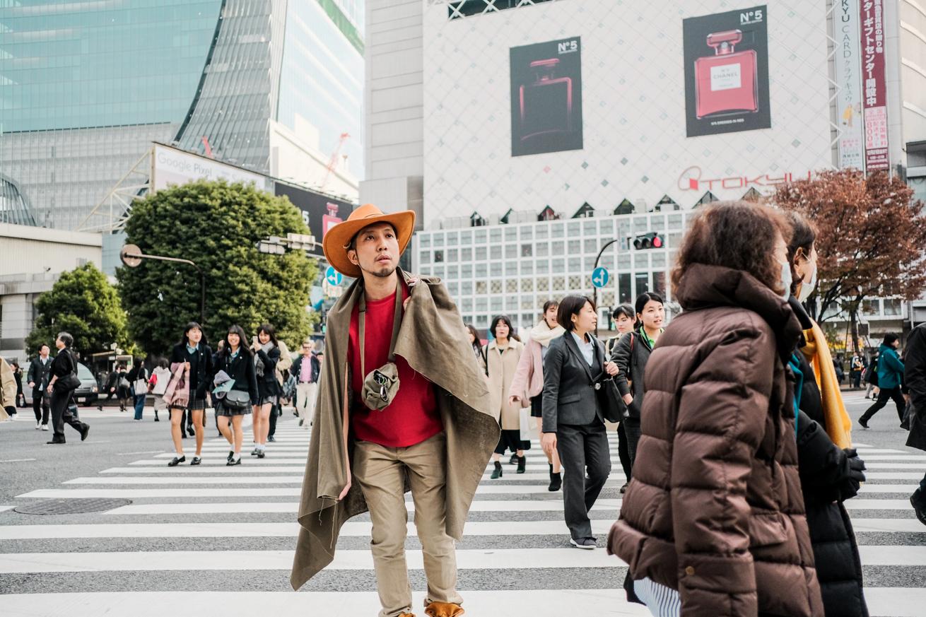 渋谷のスクランブル交差点をさすらう紳さん