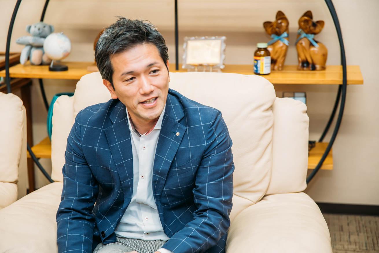 インタビューを受ける株式会社やますえの馬場孝志社長