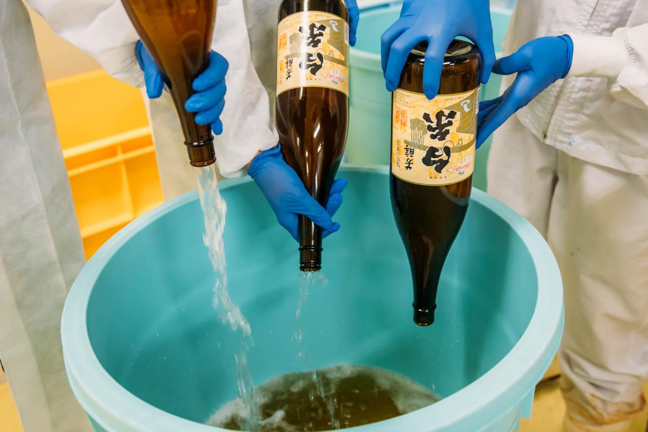桶に糸島産の醤油を3升入れている画像