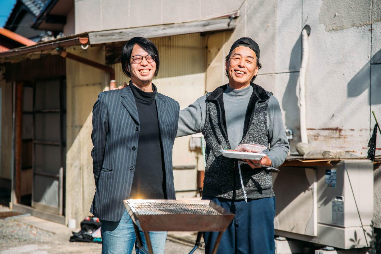 笑顔で写る徳永さんと木人の2ショット