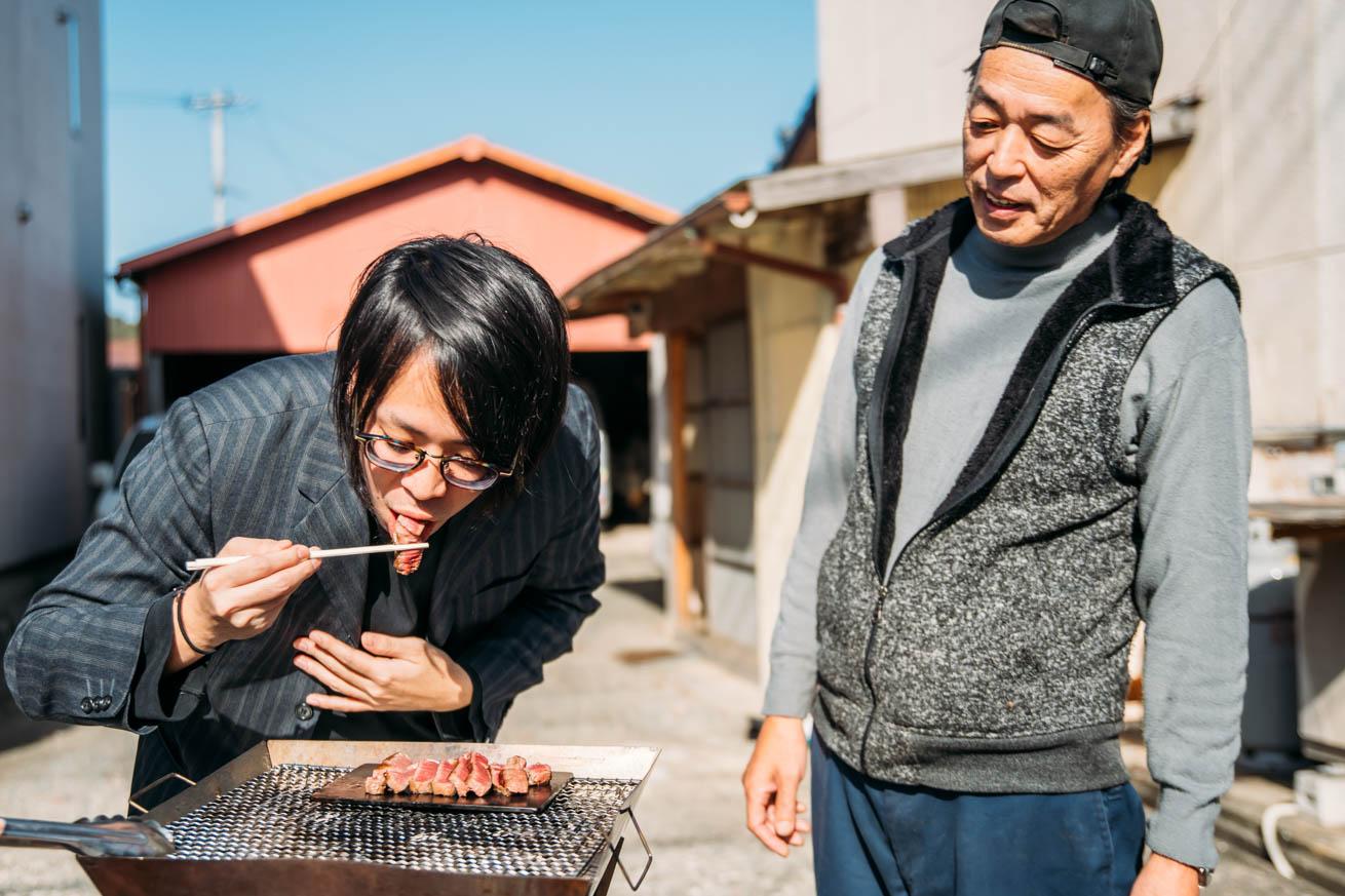糸島産黒毛和牛のシャトーブリアンを食べる木人と見守る徳永さん