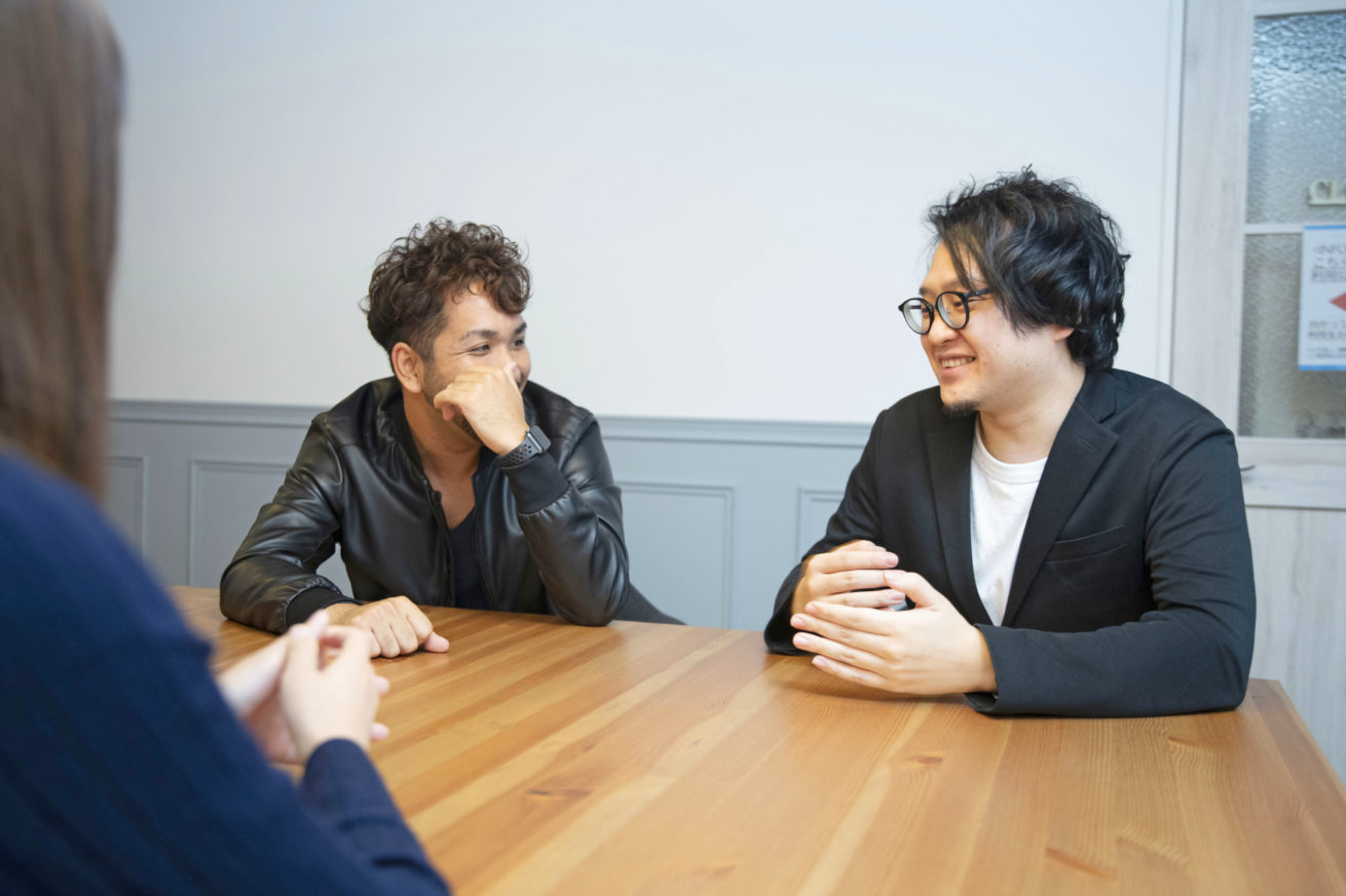 石井さんと齋藤さんが二人話している写真