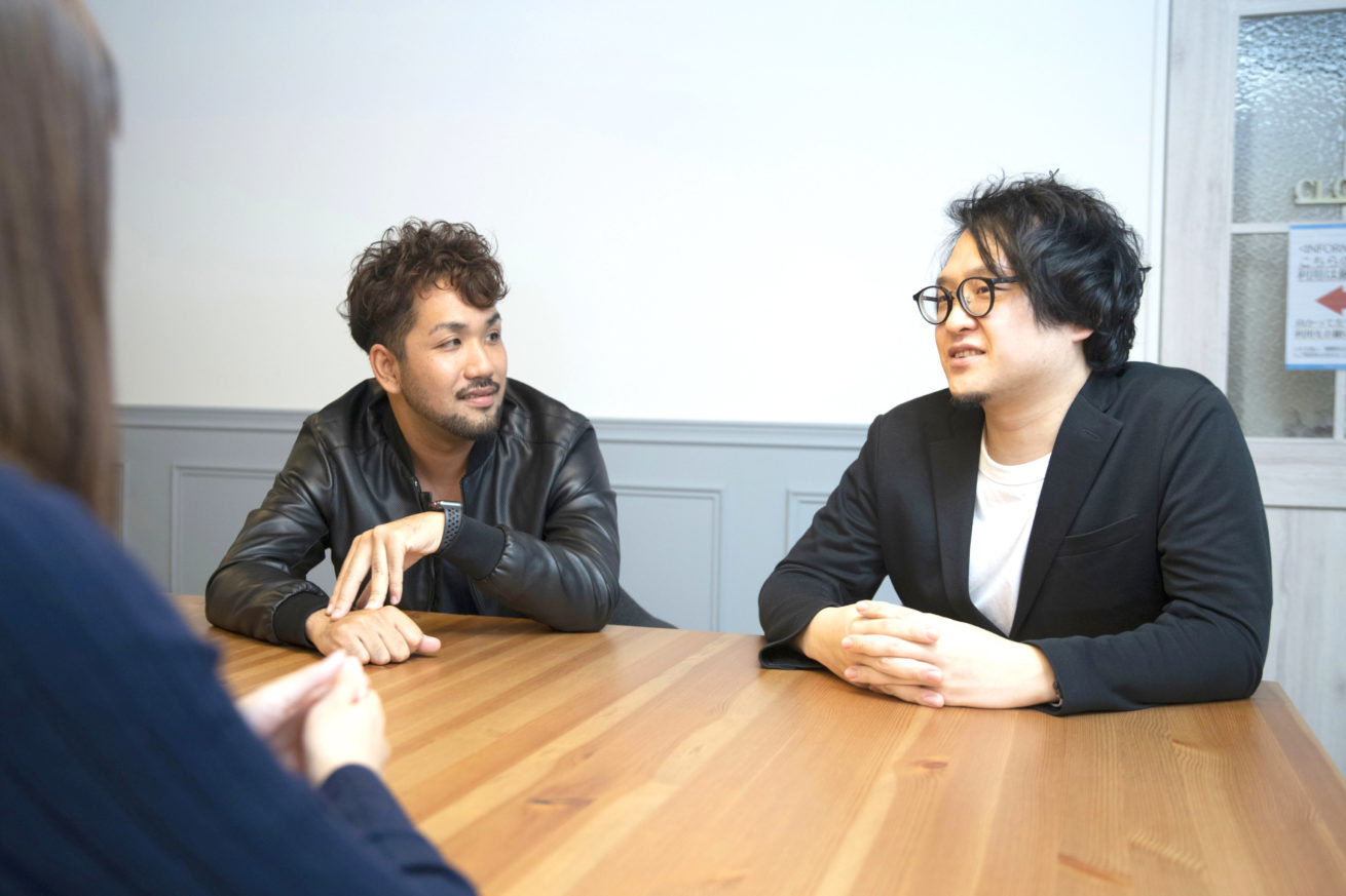 石井さんと齋藤さんが話をしているカット