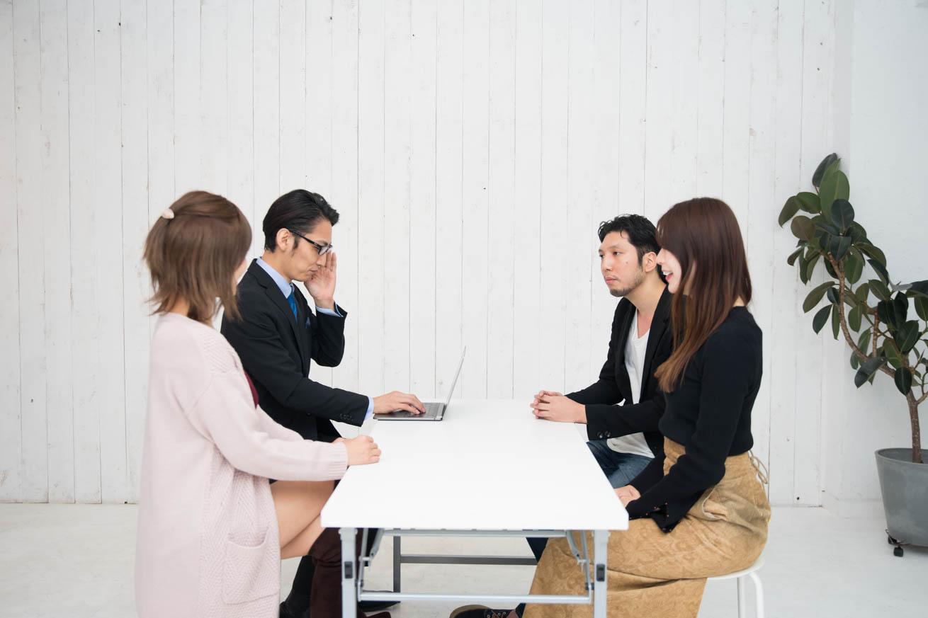紳さん、藤田さん、里見さん、謎の男性の4人で議論する様子