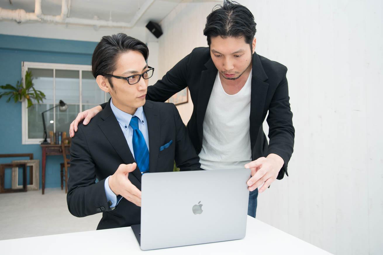 パソコン画面を紳さんに見せる議事太郎