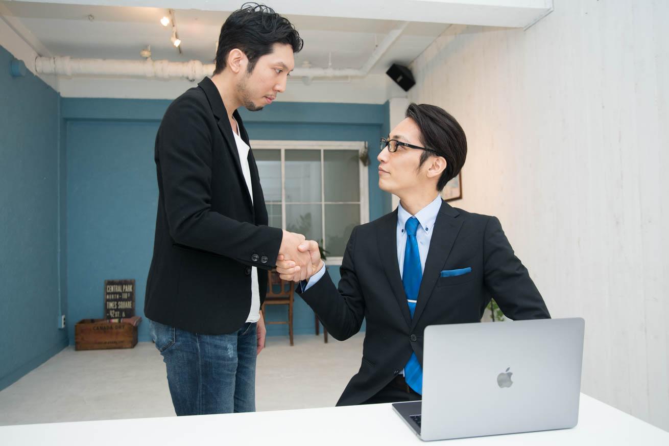 がっちり握手する紳さんと議事太郎