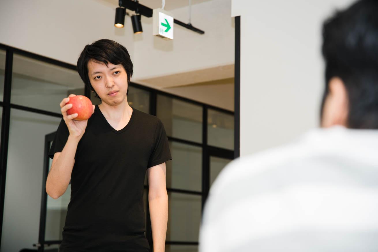 リンゴを持っている謎の男