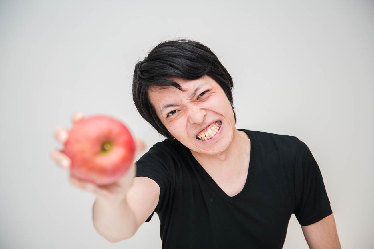 リンゴを握りつぶす怪力王