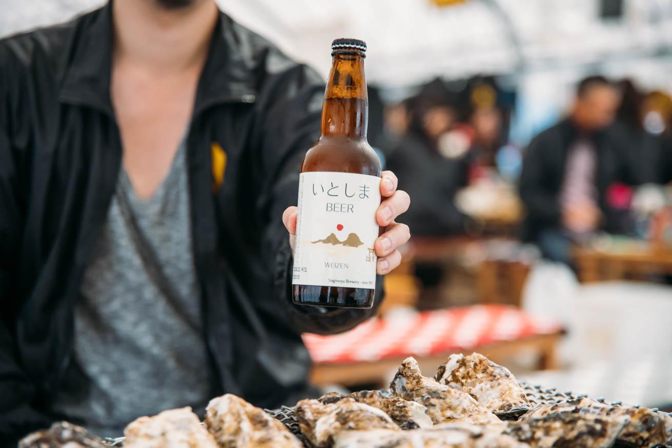 糸島ビールを構える木人
