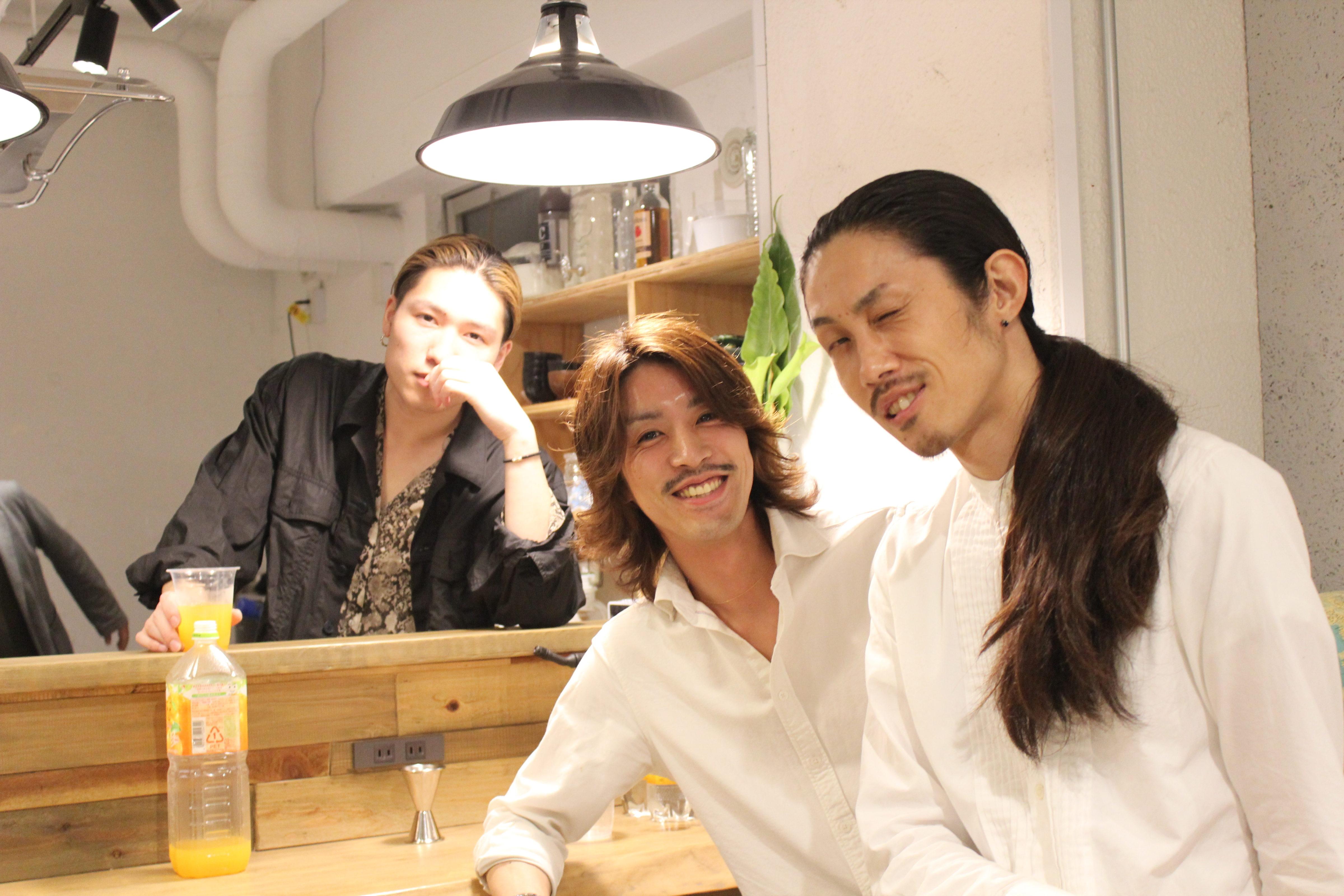 藤さんとさくさんとリョウタさんがかっこよく決めている写真