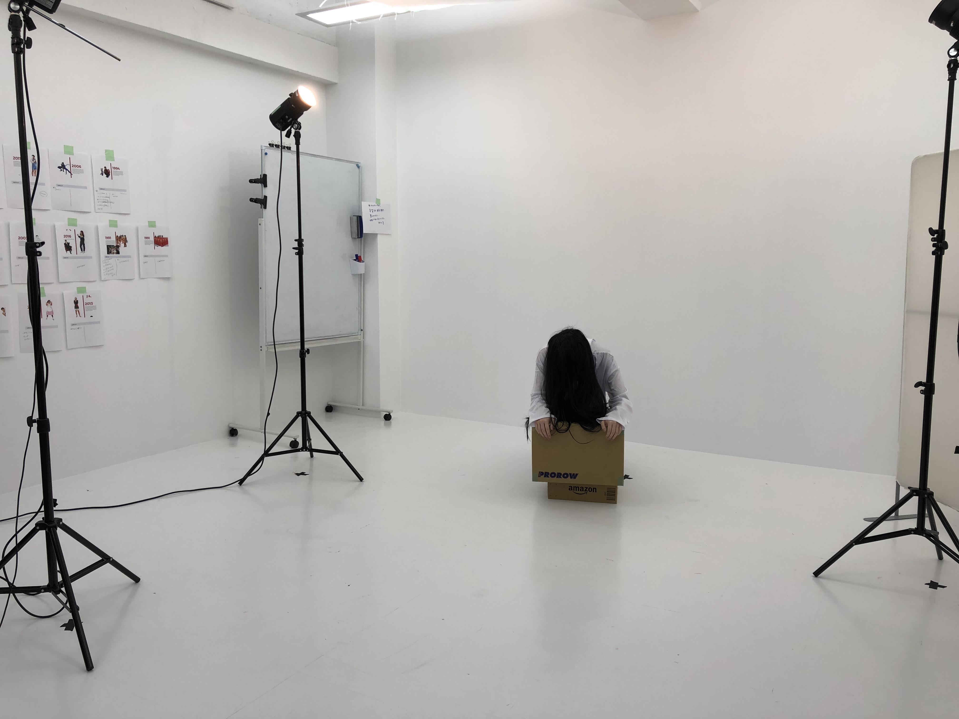 貞子の格好をしているまこりーぬさんの撮影現場の写真