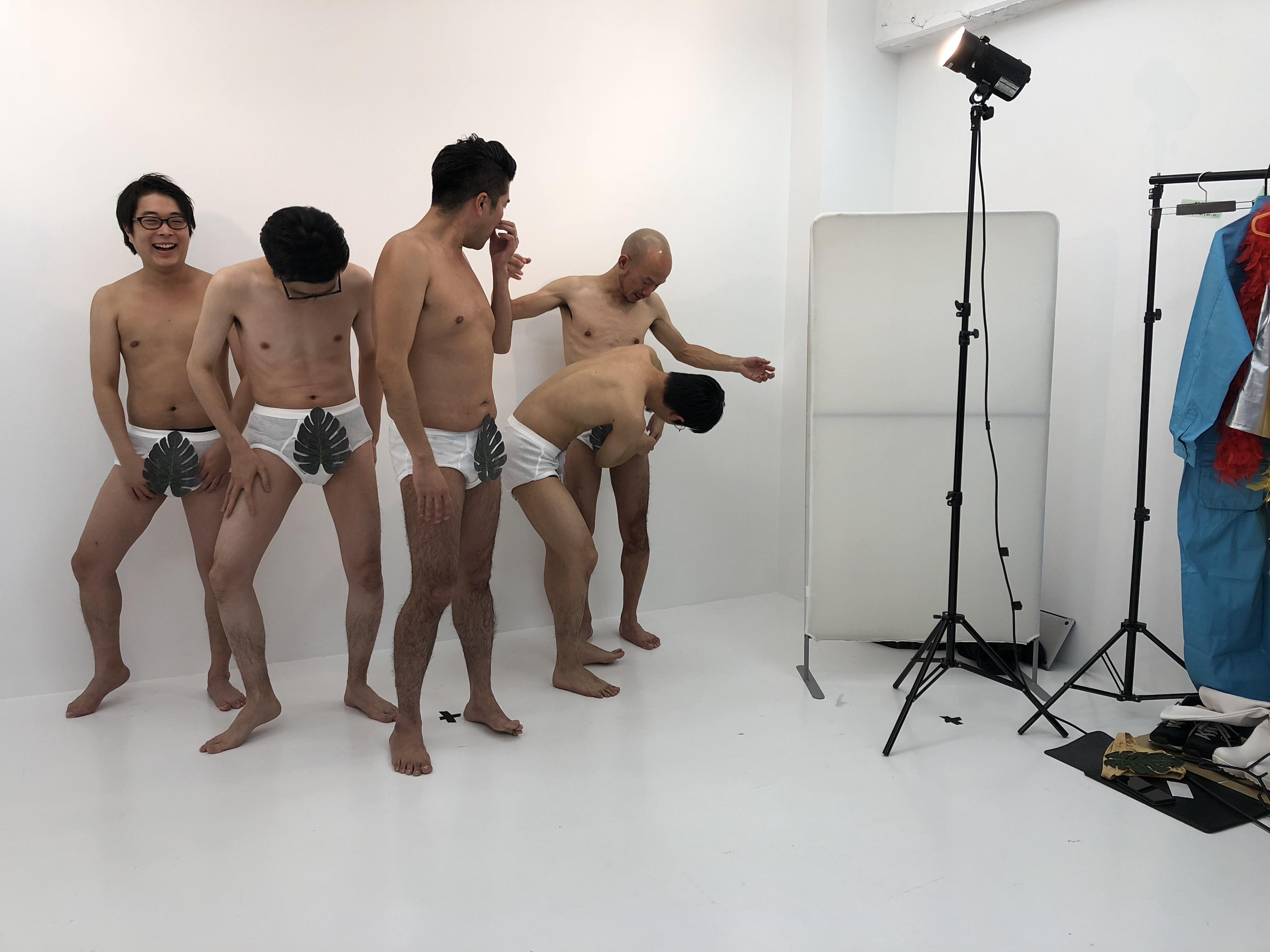 はっぱ隊の格好をしているしゅん・新藤ドリル・ミスター・あきと・もーりーの撮影現場の写真
