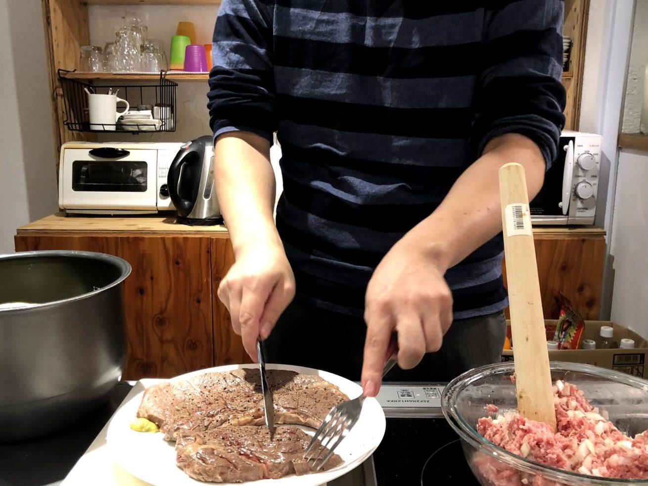 ステーキにナイフを入れて……
