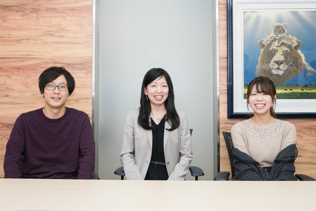 正面を向いて笑顔の3人