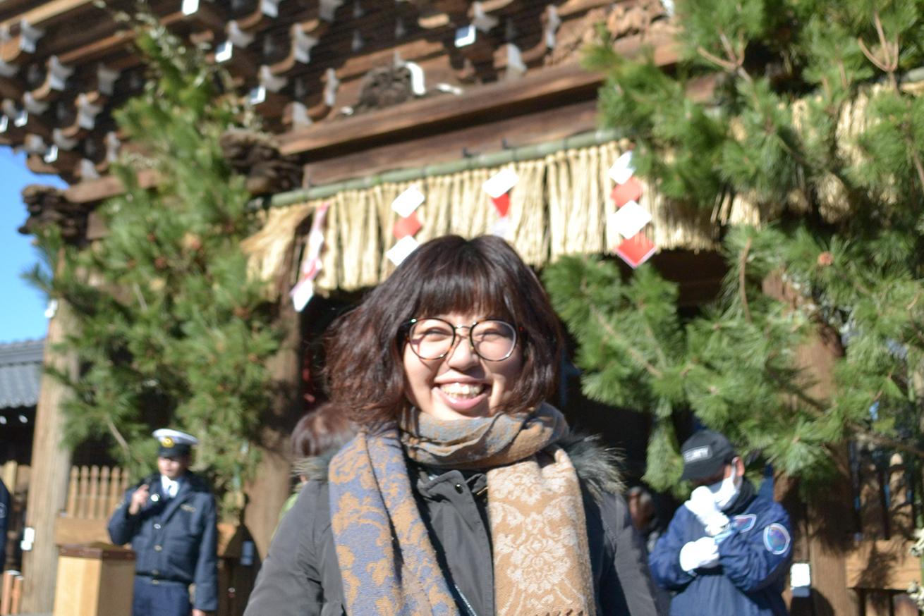 正月の西新井大師の門の前にいるたびちん